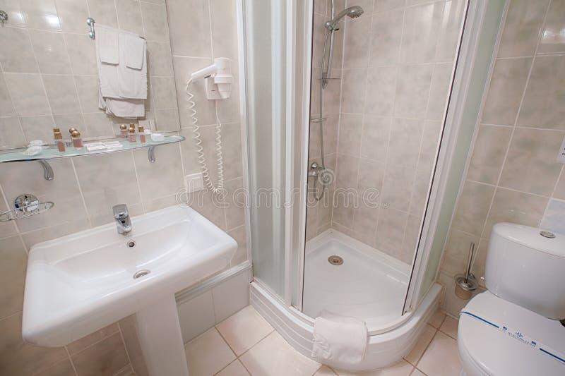 Interno di un bagno moderno dell'hotel fotografie stock libere da diritti