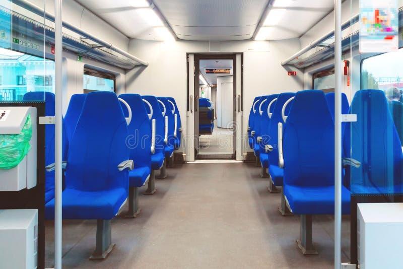 Interno di un treno pendolare vuoto della carrozza ferroviaria fotografie stock libere da diritti