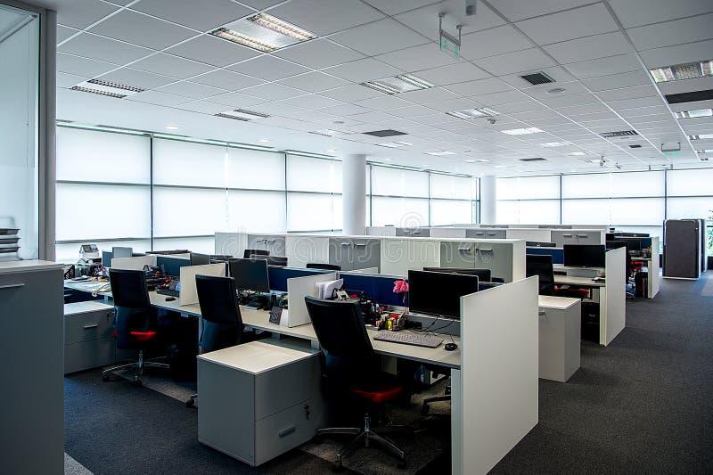 Interno di un ufficio moderno Interiore dell'ufficio - ufficio vuoto moderno dello spazio all'aperto fotografia stock