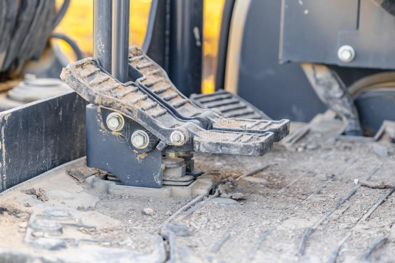 Interno di un veicolo della costruzione con la fine su sui pedali e sul pavimento del piede fotografia stock libera da diritti