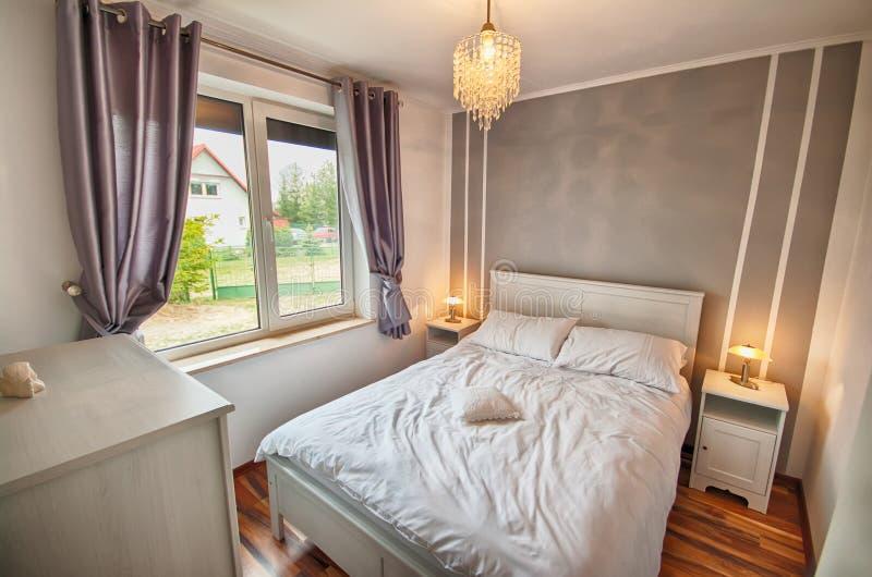 Interno di una camera da letto della casa del paese. immagini stock libere da diritti