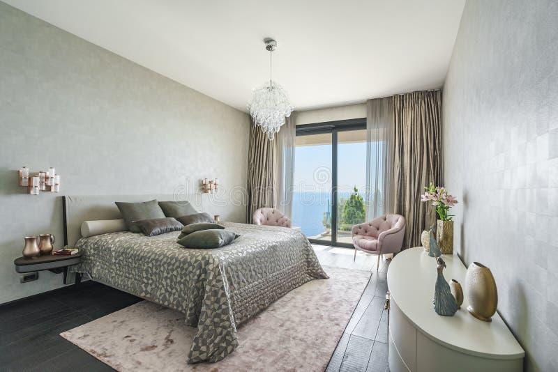 Interno di una camera da letto leggera spaziosa in una villa di lusso immagine stock