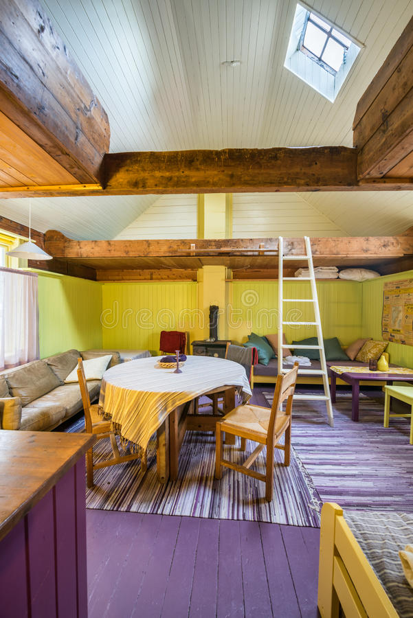 Interno di una capanna norvegese tipica del rorbuer fotografia stock libera da diritti