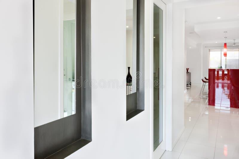 Interno di una casa moderna con il corridoio e vista vicina di un vento fotografia stock libera da diritti