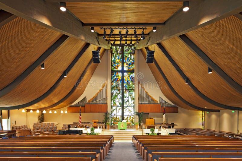 Interno di una chiesa vuota fotografia stock libera da diritti