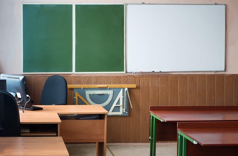 Interno di una classe di scuola vuota immagini stock