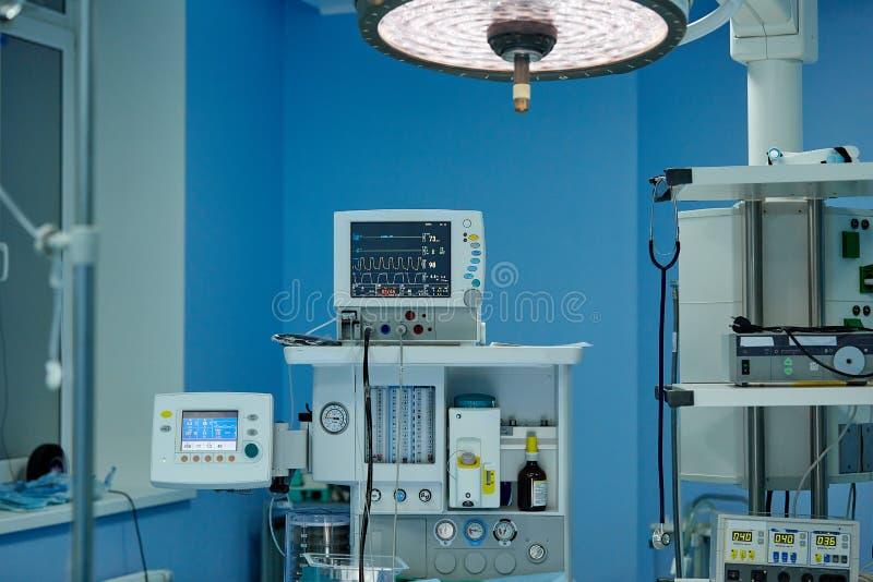 Interno di una sala operatoria in una clinica moderna Chirurgia plastica, salvavita, medicina fotografie stock
