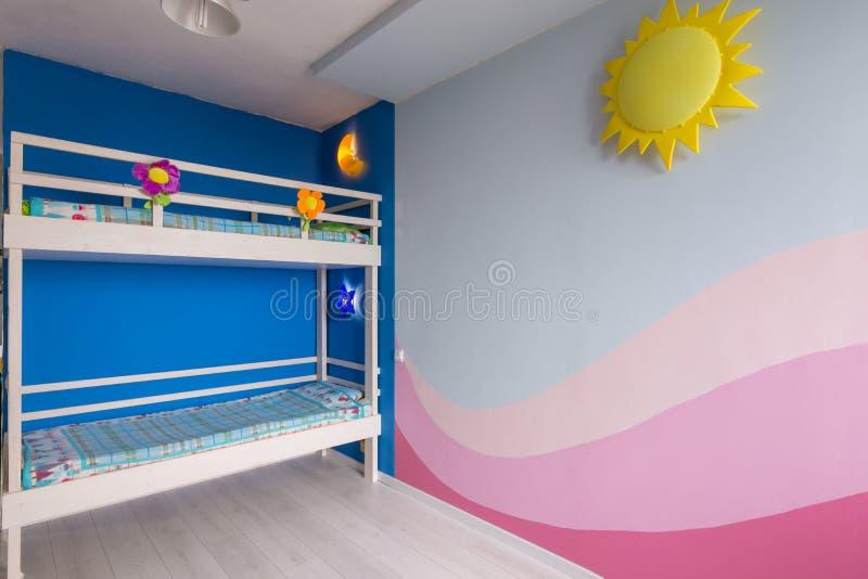 Interno di una stanza del ` s dei bambini per due ragazze dopo la riparazione, la parete dipinta ed il letto di cuccetta immagine stock libera da diritti