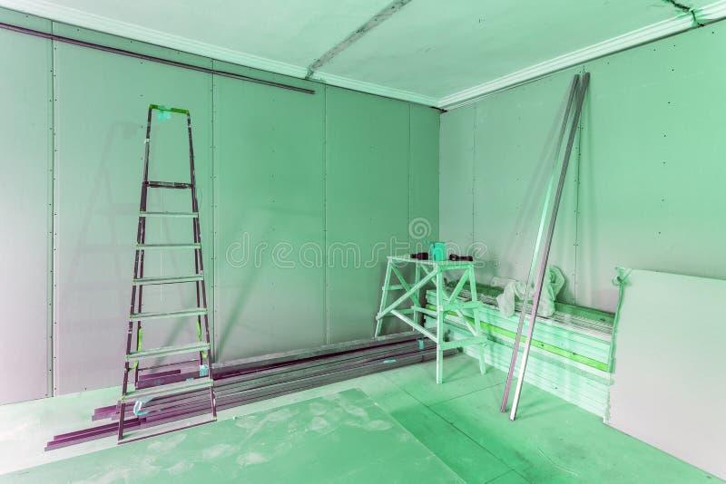 Interno di verde dell'appartamento durante costruzione, il ritocco, il rinnovamento, l'estensione, il ripristino e la ricostruzio immagini stock libere da diritti