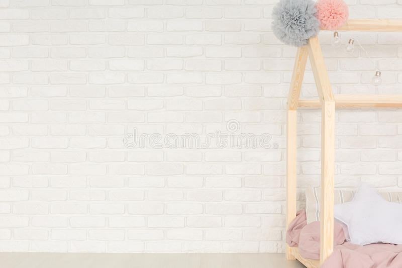 Interno domestico bianco con il letto fotografie stock
