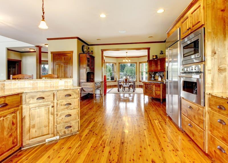 Interno domestico di lusso di legno della cucina. Nuova casa dell'americano dell'azienda agricola. fotografia stock
