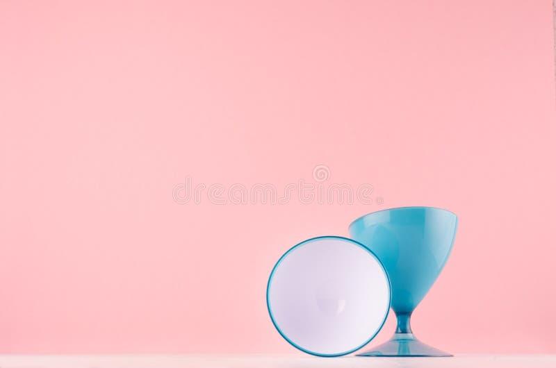 Interno domestico moda con il vaso blu lucido arrotondato con la gamba e cerchio bianco sulla tavola di legno bianca e sulla pare fotografia stock