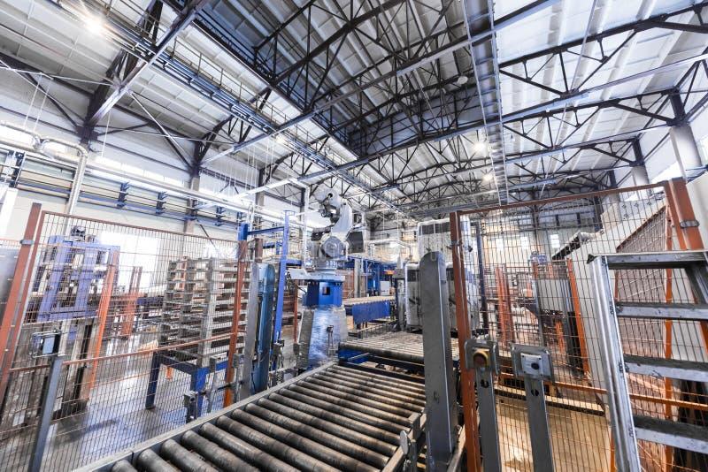 Interno e macchine del gruppo di lavoro della fabbrica sul fondo di vetro di produzione fotografia stock