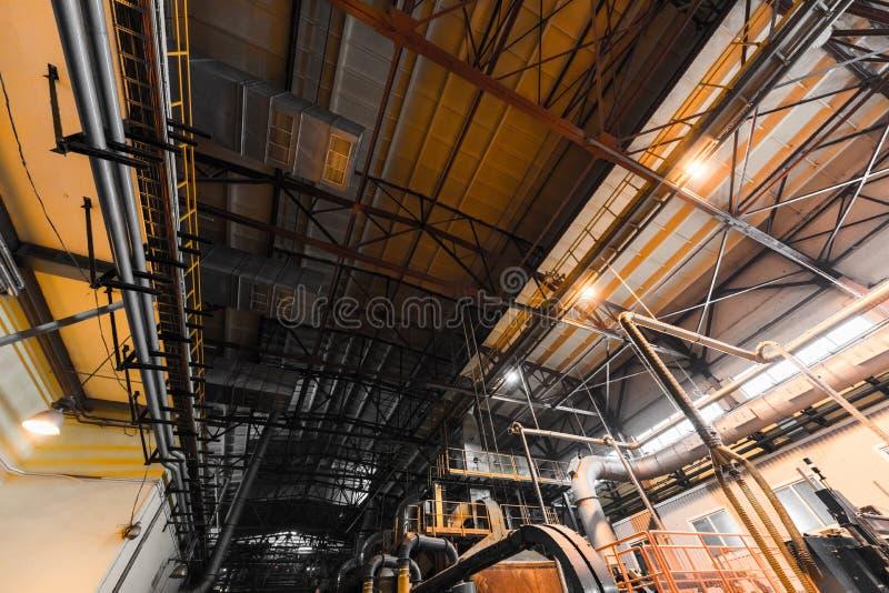 Interno e macchine del gruppo di lavoro della fabbrica sul fondo di vetro di produzione fotografia stock libera da diritti