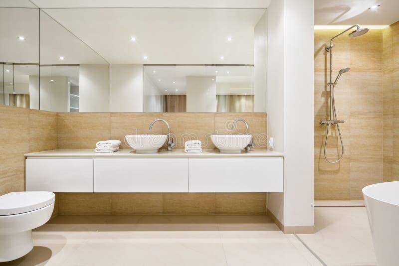 Interno elegante del bagno con il grande specchio fotografie stock