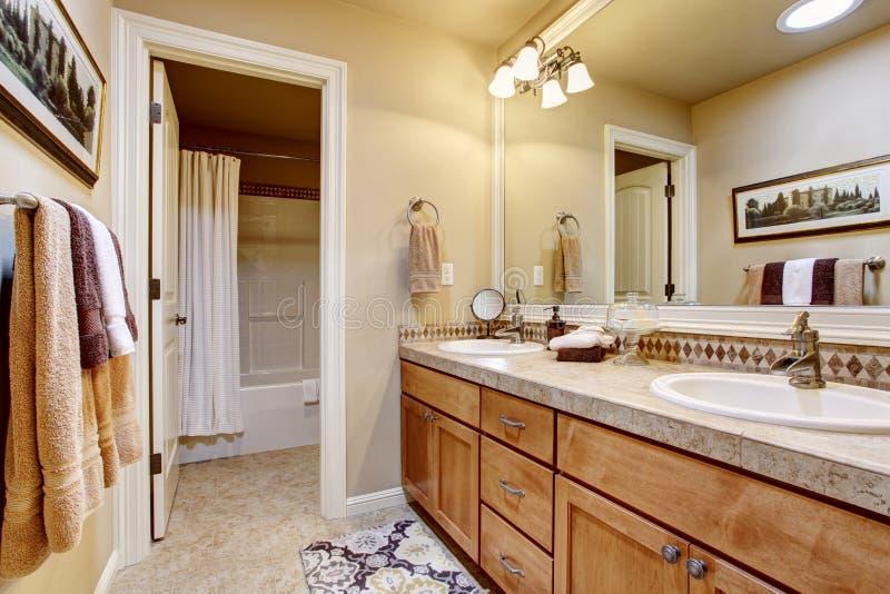 Interno elegante del bagno con il grandi specchio, ripiano del granito e pavimentazione in piastrelle immagini stock libere da diritti