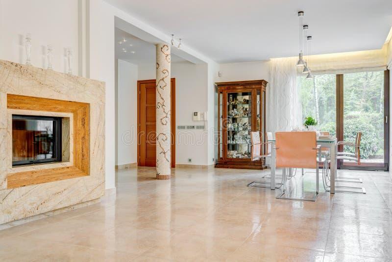 Interno elegante del salotto con il camino immagini stock libere da diritti