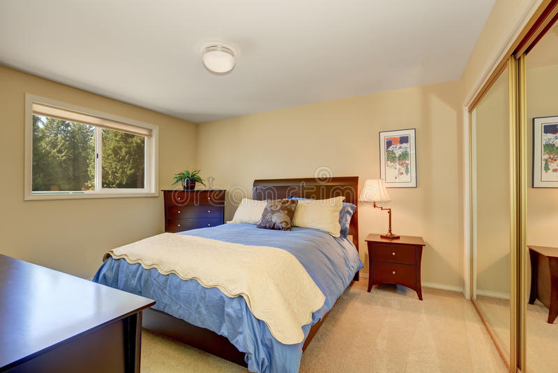 Interno elegante della camera da letto con il letto blu fotografia stock libera da diritti