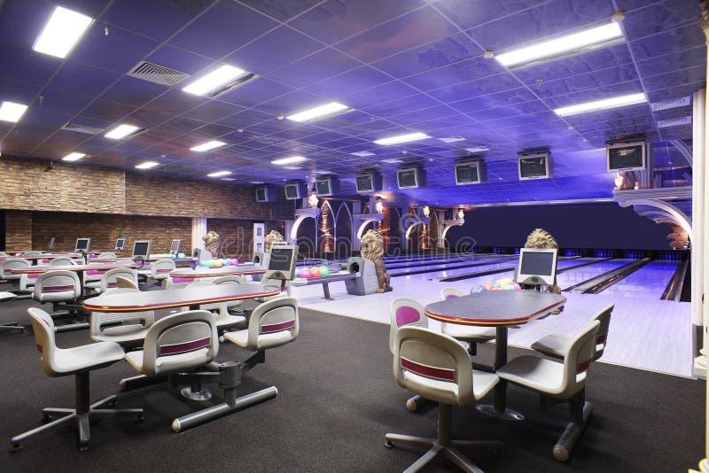 Interno europeo moderno di bowling immagini stock