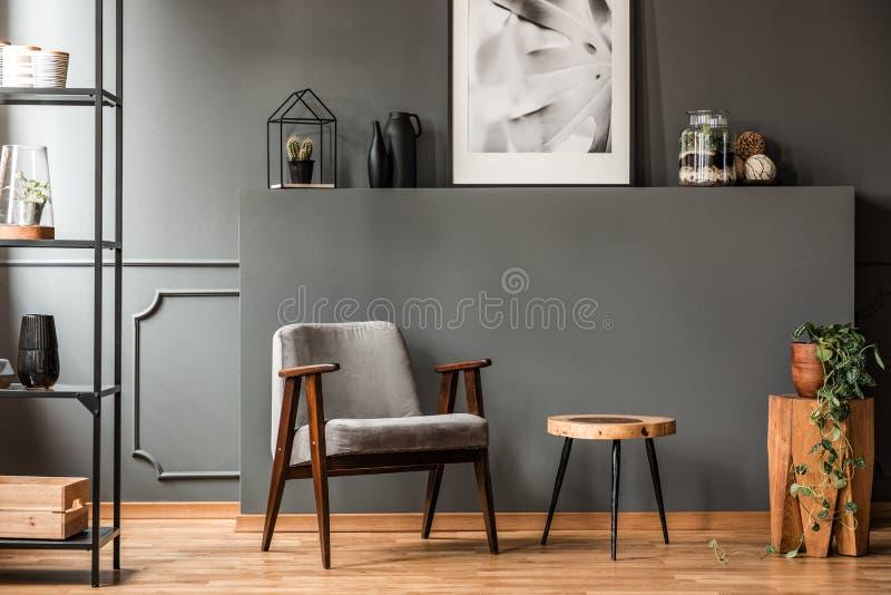 Interno grigio del salone fotografie stock