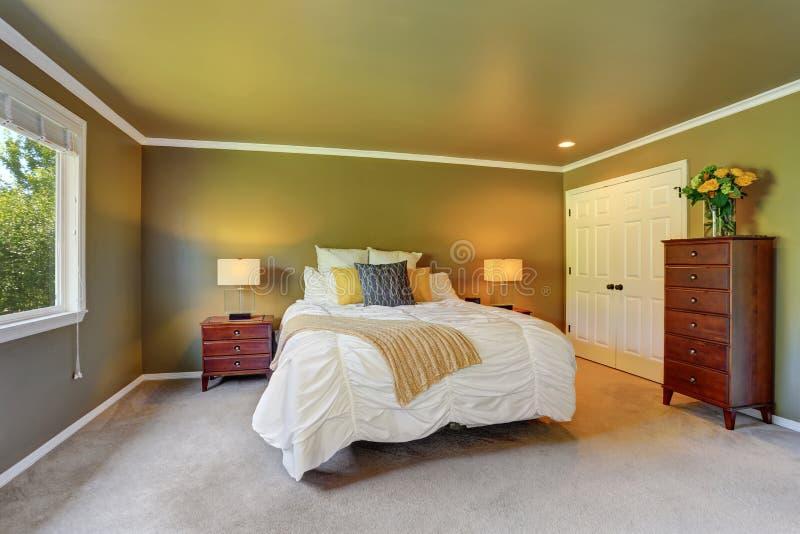 Interno grigio della camera da letto con il cassettone ed i fiori freschi fotografia stock libera da diritti
