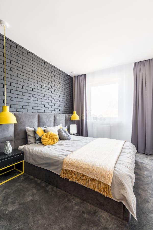 Interno grigio e giallo della camera da letto fotografia stock libera da diritti