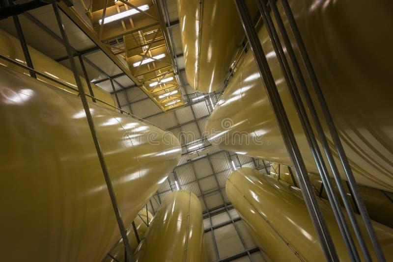 Download Interno Industriale Con Il Silos Saldato Immagine Stock - Immagine di birra, sotto: 55351133