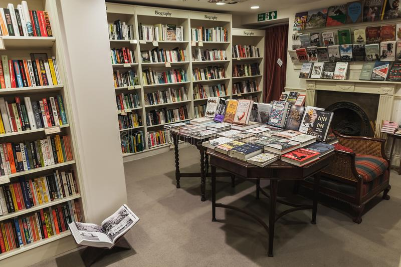 Interno inglese classico della libreria immagini stock libere da diritti