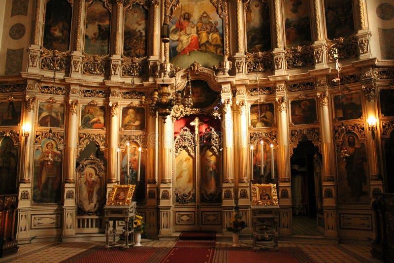 Interno, l'iconostasi nella chiesa ortodossa fotografie stock