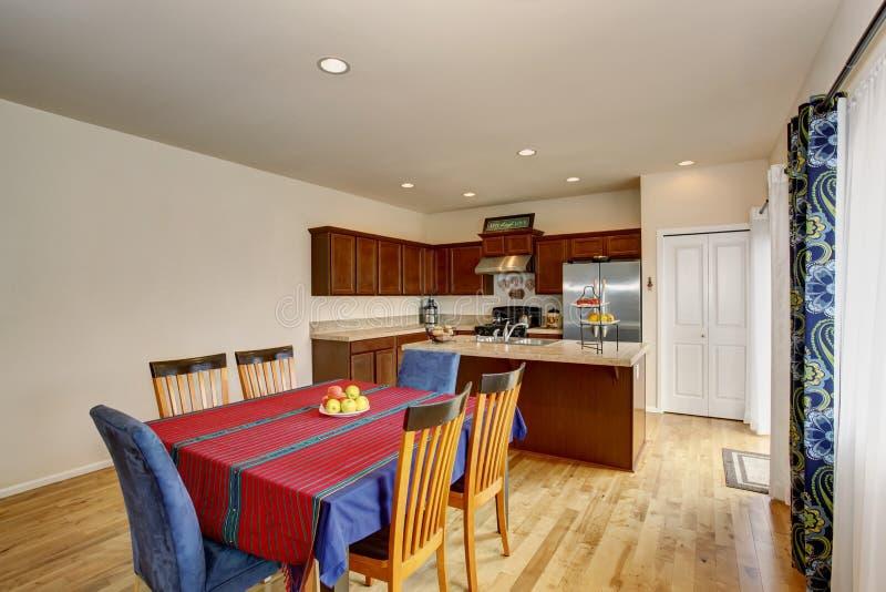 Interno luminoso della sala da pranzo e della cucina con - Pareti della cucina ...