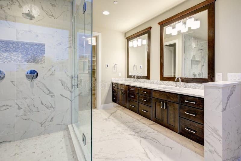 Interno matrice del bagno con il doppio gabinetto di vanità immagini stock