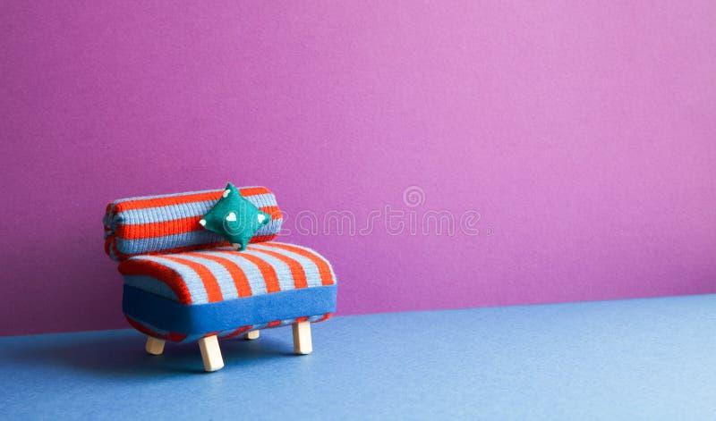 Interno minimalista della mobilia del salone Sofà a strisce della sedia di rosso blu con il cuscino del modello del cuore di amor immagini stock libere da diritti