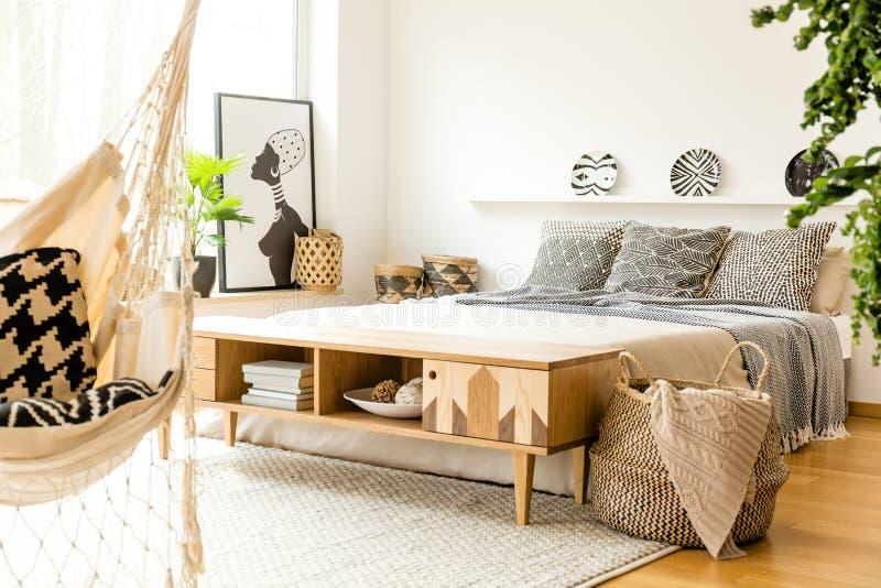 Interno modellato della camera da letto con il manifesto immagine stock