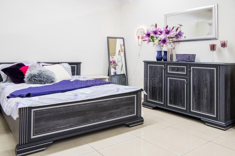 interno moderno accogliente della camera da letto fotografie stock libere da diritti