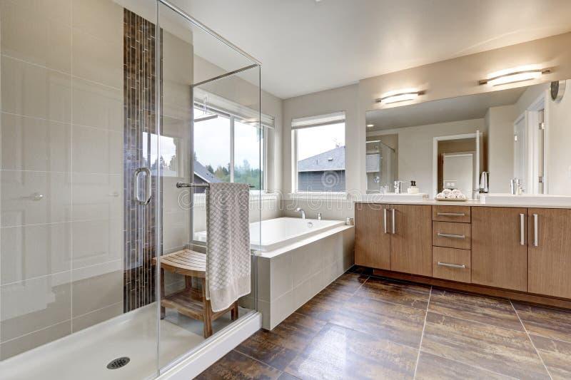 Interno moderno bianco del bagno in nuova di zecca casa fotografie stock libere da diritti