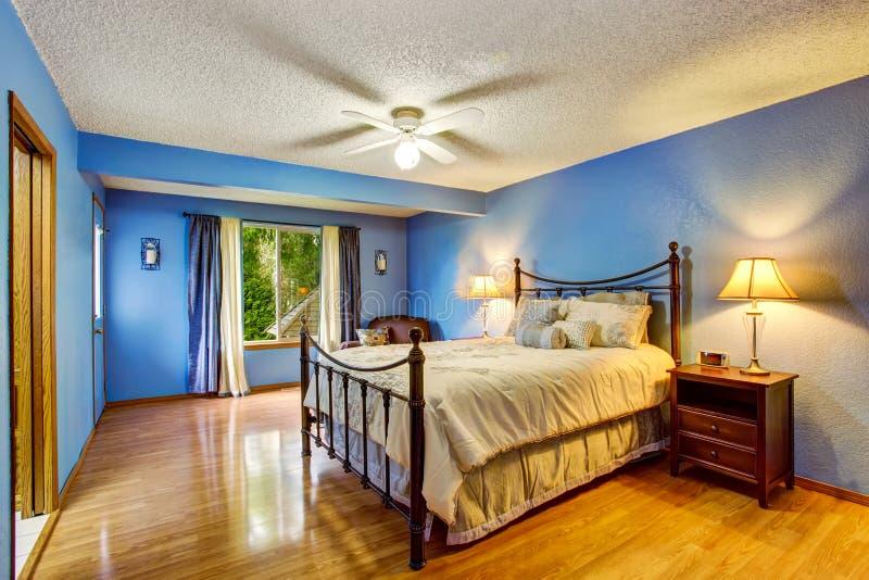 Interno moderno con le pareti blu, pavimento della stanza di legno duro immagine stock
