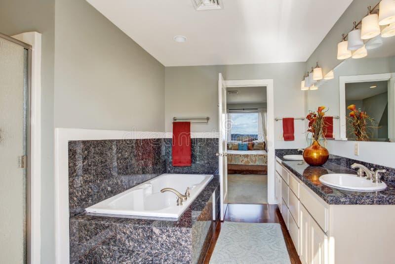 Interno moderno del bagno in camera da letto principale immagini stock