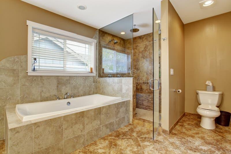 Interno moderno del bagno con la doccia di vetro della for Prezzi bagni moderni