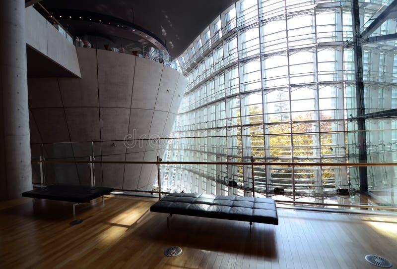 Interno moderno del centro nazionale di arte, Tokyo, Giappone immagini stock