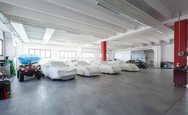 Interno moderno del garage, esposizione delle automobili immagini stock