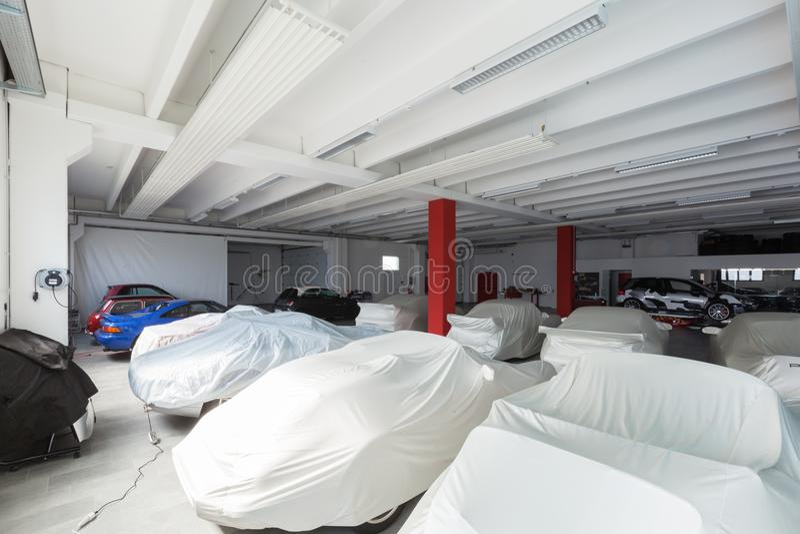 Interno moderno del garage, esposizione delle automobili fotografia stock libera da diritti