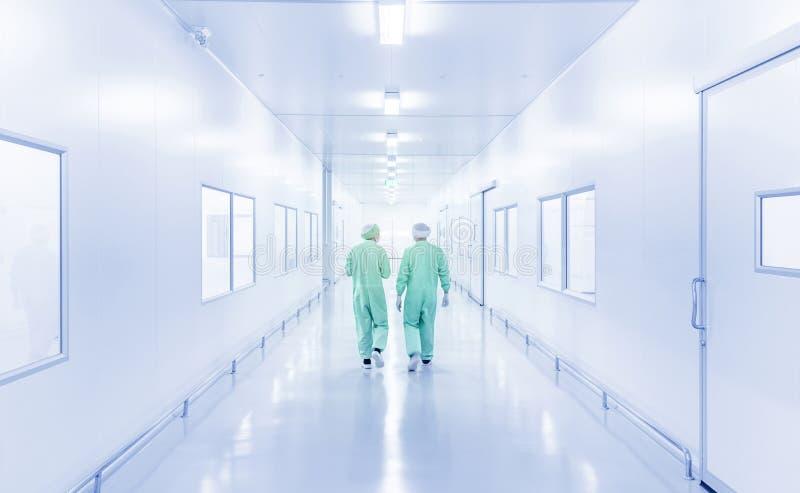 Interno moderno del laboratorio con lo scienziato due in uniforme fotografia stock