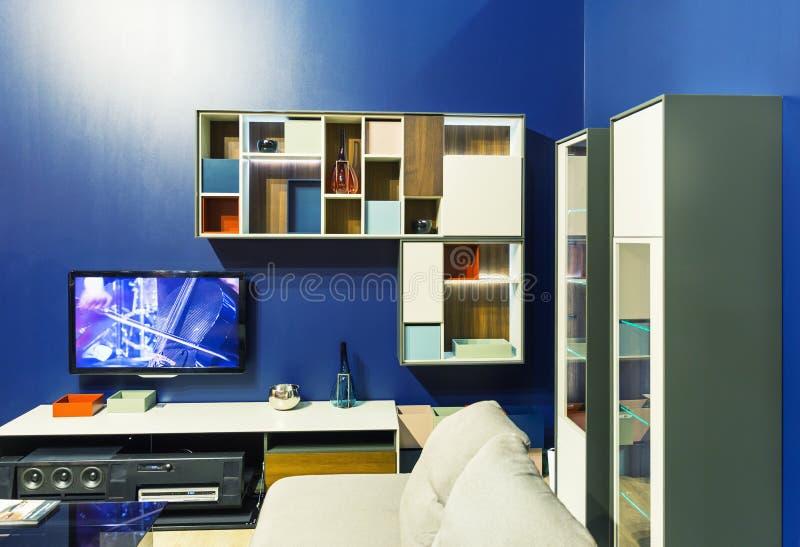 Interno moderno del salone con il sofà bianco immagine stock libera da diritti