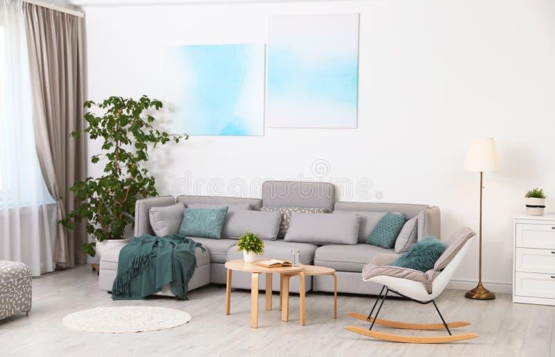 Interno moderno del salone con il sof? fotografie stock libere da diritti