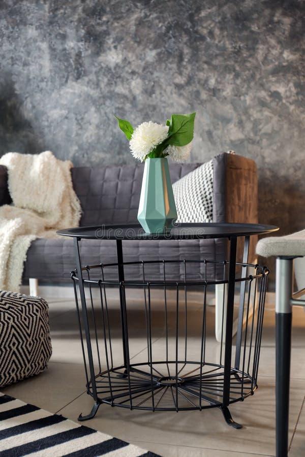 Interno moderno del salone con la tavola nera fotografia stock