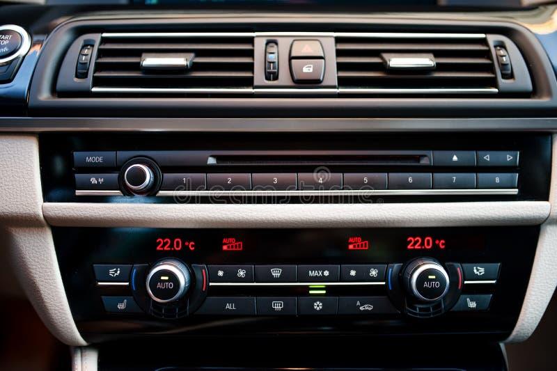 Interno moderno dell'automobile con il primo piano di condizionamento d'aria fotografie stock