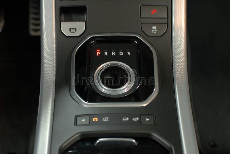 Interno moderno dell'automobile, leva del cambio della manopola immagini stock libere da diritti