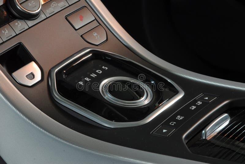 Interno moderno dell'automobile, leva del cambio della manopola fotografie stock