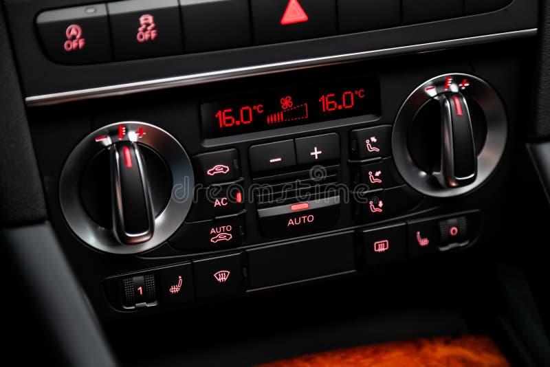 Interno moderno dell'automobile: parti, bottoni, manopole fotografie stock