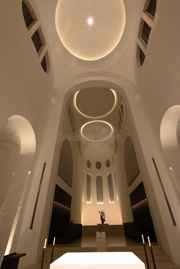 Interno moderno della chiesa con l 39 altare immagine stock for Interno moderno